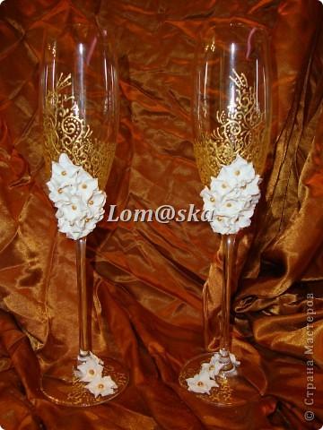 мои первая работа с бокалами. цветы из полимерной глины. роспись контуром по стеклу. серединки цветов- жидкие жемчужины. фото 1