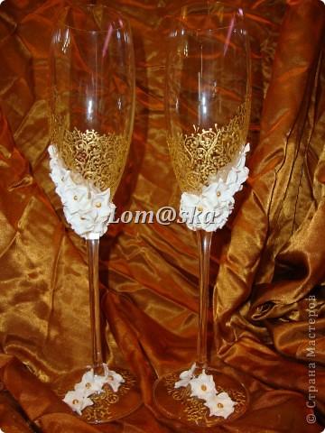 мои первая работа с бокалами. цветы из полимерной глины. роспись контуром по стеклу. серединки цветов- жидкие жемчужины. фото 5