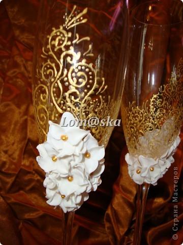 мои первая работа с бокалами. цветы из полимерной глины. роспись контуром по стеклу. серединки цветов- жидкие жемчужины. фото 6