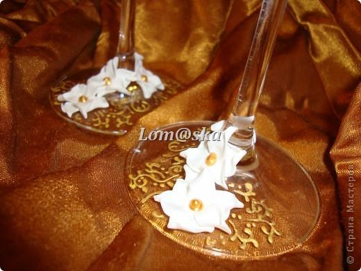 мои первая работа с бокалами. цветы из полимерной глины. роспись контуром по стеклу. серединки цветов- жидкие жемчужины. фото 8