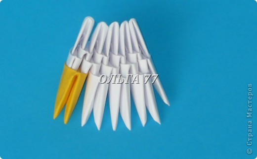 Для данного изделия понадобится: всего 1048  модулей.  Размер используемого модуля  1\32 часть листа, формата А4 Использовалась бумага белого цвета, клей ПВА, балончик с аэрозольной краской серебристого цвета.  фото 4