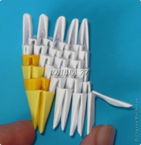 Для данного изделия понадобится: всего 1048  модулей.  Размер используемого модуля  1\32 часть листа, формата А4 Использовалась бумага белого цвета, клей ПВА, балончик с аэрозольной краской серебристого цвета.  фото 7