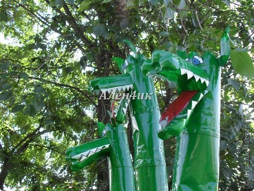 Всем привет!Хочу показать,как я делала Змея Горыныча из пластиковых бутылок.Комментировать фото не буду,т.к. все описание есть на фотографиях.Потратила около 40 бутылок из-под минералки.Все бутылки красила алкидной эмалью. Для ЛиРушников вот ссылка для цитирования http://www.liveinternet.ru/users/3652977/post230681087/ фото 1