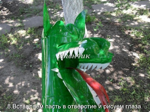 Всем привет!Хочу показать,как я делала Змея Горыныча из пластиковых бутылок.Комментировать фото не буду,т.к. все описание есть на фотографиях.Потратила около 40 бутылок из-под минералки.Все бутылки красила алкидной эмалью. Для ЛиРушников вот ссылка для цитирования http://www.liveinternet.ru/users/3652977/post230681087/ фото 9