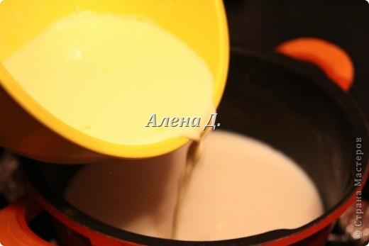 Излюбленный испанским народом десерт.Имеет легкий,приятный вкус и пудинговую консистенцию.   Молоко цельное 3,2%жирности 1пакет-900мл. кукурузный крахмал-110гр. желтки куриные-2шт+2-3 яйцa сахар 170гр.  корицы  0,5ч.л. Цедра одного лимона или апельсина Мука. Растительное масло(оливковое) Для обсыпки: Сахар+молотая корица. фото 6
