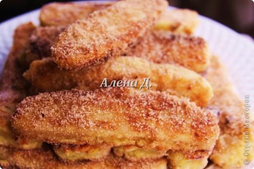 Излюбленный испанским народом десерт.Имеет легкий,приятный вкус и пудинговую консистенцию.   Молоко цельное 3,2%жирности 1пакет-900мл. кукурузный крахмал-110гр. желтки куриные-2шт+2-3 яйцa сахар 170гр.  корицы  0,5ч.л. Цедра одного лимона или апельсина Мука. Растительное масло(оливковое) Для обсыпки: Сахар+молотая корица. фото 1