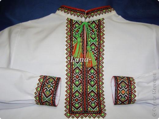 Оберіг-сорочку вишила для сина.  Візерунком стала рідна Україна.  Мамину турботу збереже сорочка,  захистять від лиха хрестиків рядочки фото 2