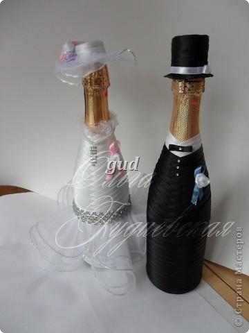 Вот такие свадебные бутылочки можно сделать тем, кто как и я не очень  дружит с шитьем. Все просто, Итак: фото 1