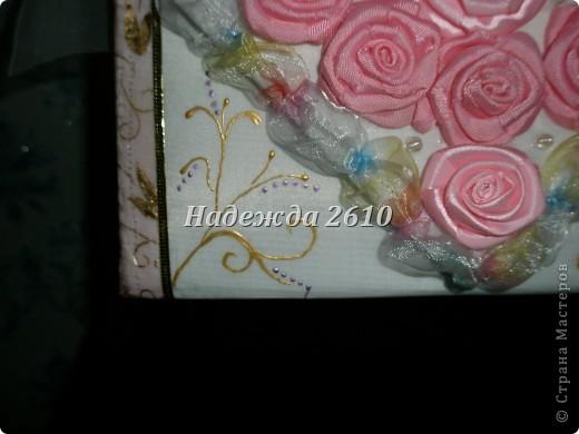 Вот и мои ручки добрались до казны, уж очень мне было интересно, смогу или нет, судить вам, дорогие мастерицы... Получилась очень яркая такая, разноцветная вся, и ленточки как всегда закончились, в самый не подходящий момент, а точно таких не было, поэтому розовые розы, блестят не все... фото 2