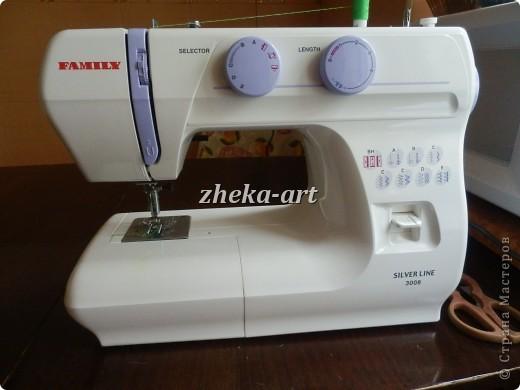 Сейчас я буду хвастаться! Давно, наверно может около полугода я носила в себе мысль о том,что ужасно хочу пошить комплект в кроватку для сыночка. Ясное дело,что быстрее купить и не мучаться, но вот я хотела именно сама пошить. Для этого дела конечно же нужна машинка, моя старая стала работать не очень хорошо, тем более прогресс не стоит на месте, поэтому хотелось именно новую швейную машинку. Долго я лелеяла мысль о покупке машинки, высматривала в интернете, какие получше, какие похуже ( в смысле меньше функций), какие подешевле. И вот вчера не выдержала и все-таки купила ее долгожданную!!!! А сегодня с самого утра побежала в магазин, накупила бязи, несколько часиков и вот, моя мечта полностью осуществилась. Теперь в кроватке новенький постельный комплектик, который я пошила сама.  На этом фото пододеяльник без одеялка, просто сверху лежит. фото 6