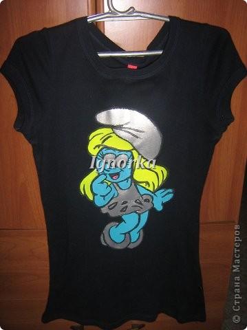 Здравствуйте, мастерицы! А вот и мои пробы рисунка по ткани. Футболки делали с подружкой в 2008 году. Она рисовала Лизу Симпсон на белой футболке, а у меня получилась вот такая гномиха из мультика Смурфики на темно-синей футболке. Это была первая подобная работа. Единственный минус, пришлось наносить много слоев краски, т.к. ткань темная. И по истечении времени футболка пришла в негодность, т.к. стала лопаться краска :( Буквально неделю назад пришлось ей выбросить. Очень жалко. Но прослужила она мне верой и правдой аж 5 лет!  фото 1