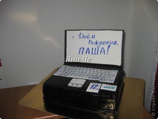 Торт-ноутбук внутри: шоколадные коржи, масло с карамельной сгущенкой и вишня. фото 1