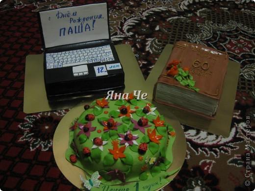 Торт-ноутбук внутри: шоколадные коржи, масло с карамельной сгущенкой и вишня. фото 6