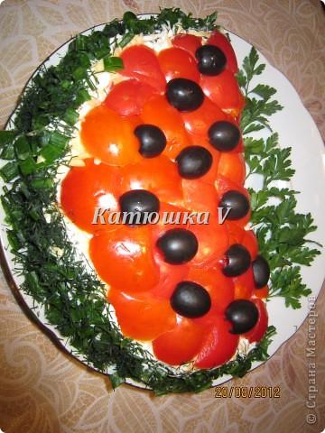 окорочок вареный картофель вареный, натертый на терке шампиньоны жареные с луком яйца вареные 2шт. натертые на терке сыр тертый все слои смазывать майонезом затем украшать: помидоры оливки лук зелёный укроп петрушка ПРИЯТНОГО АППЕТИТА ! ! !