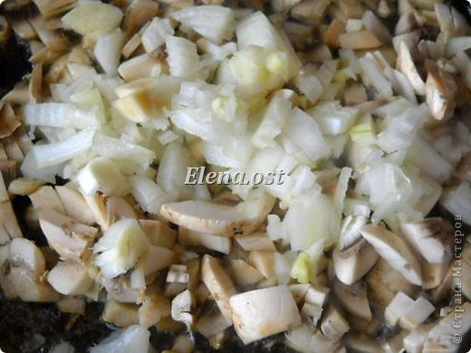 Слойки с грибами.  Ингредиенты:  1 упаковка готового слоеного теста, 0.5 кг свежих шампиньонов,  1 луковица,  2-3 ст. ложки сливок,  растительное масло, соль, перец.   фото 2