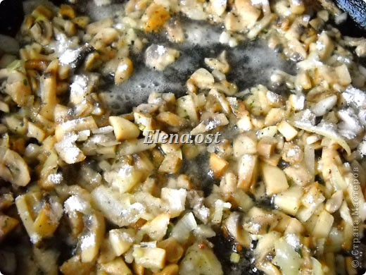 Слойки с грибами.  Ингредиенты:  1 упаковка готового слоеного теста, 0.5 кг свежих шампиньонов,  1 луковица,  2-3 ст. ложки сливок,  растительное масло, соль, перец.   фото 3