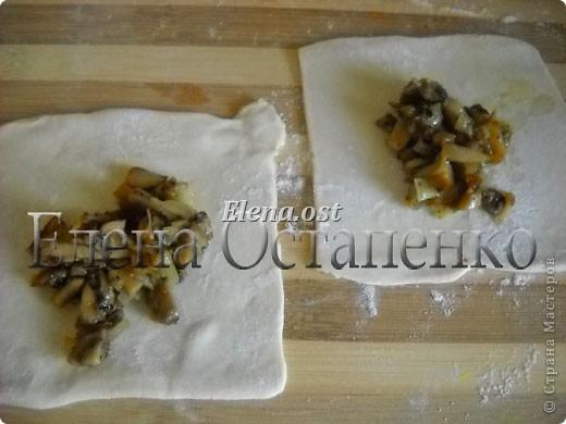 Слойки с грибами.  Ингредиенты:  1 упаковка готового слоеного теста, 0.5 кг свежих шампиньонов,  1 луковица,  2-3 ст. ложки сливок,  растительное масло, соль, перец.   фото 7