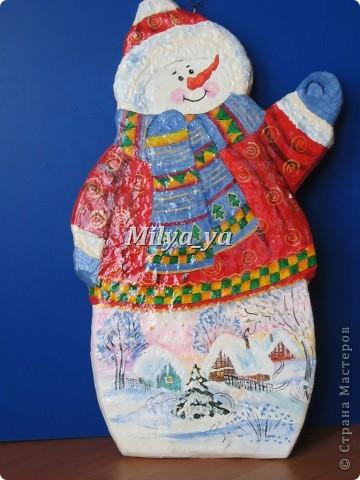 До Нового года осталось 4 месяца, поэтому можно начинать готовиться. Этот снеговик сделан из гофрокартона фото 1