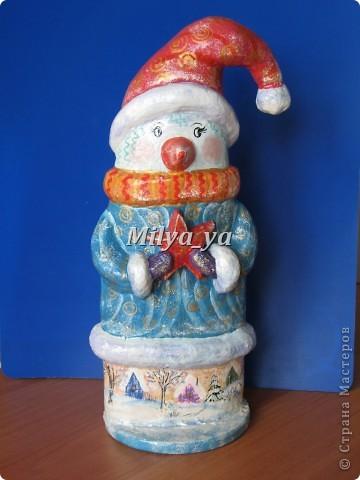 До Нового года осталось 4 месяца, поэтому можно начинать готовиться. Этот снеговик сделан из гофрокартона фото 3