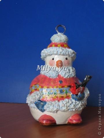 До Нового года осталось 4 месяца, поэтому можно начинать готовиться. Этот снеговик сделан из гофрокартона фото 6