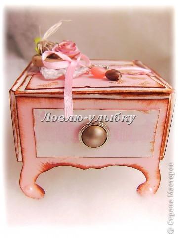 вот такая коробочка - прикроватный столик)))) для денежного подарка или каких-нибудь украшений. Основу делала так http://stranamasterov.ru/node/403273, а потом сделала вставку  внутрь с крышкой и добавила картонные ножки фото 3