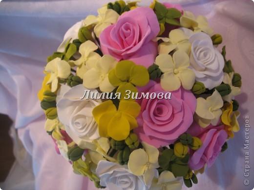 Всем добрый день!Сегодня я к Вам со свадебным букетом из белых и розовых роз, гортензий и анютиных глазок....ведь букет делала для Анюты))))Она пока его еще не видела.С этой глиной работала впервые. фото 8