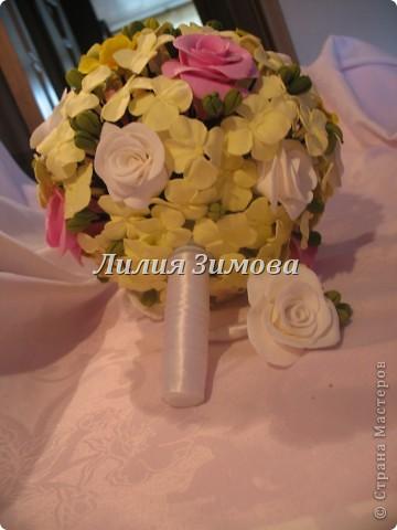 Всем добрый день!Сегодня я к Вам со свадебным букетом из белых и розовых роз, гортензий и анютиных глазок....ведь букет делала для Анюты))))Она пока его еще не видела.С этой глиной работала впервые. фото 10