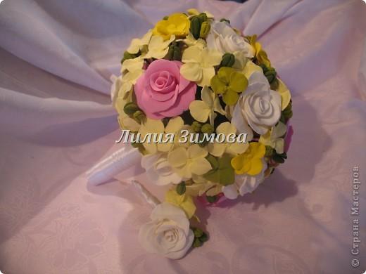 Всем добрый день!Сегодня я к Вам со свадебным букетом из белых и розовых роз, гортензий и анютиных глазок....ведь букет делала для Анюты))))Она пока его еще не видела.С этой глиной работала впервые. фото 3