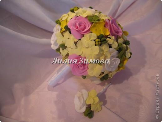 Всем добрый день!Сегодня я к Вам со свадебным букетом из белых и розовых роз, гортензий и анютиных глазок....ведь букет делала для Анюты))))Она пока его еще не видела.С этой глиной работала впервые. фото 11