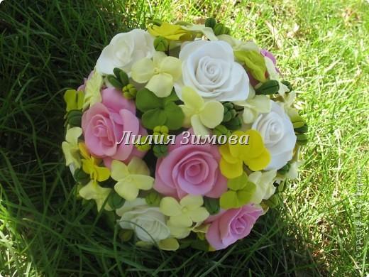 Всем добрый день!Сегодня я к Вам со свадебным букетом из белых и розовых роз, гортензий и анютиных глазок....ведь букет делала для Анюты))))Она пока его еще не видела.С этой глиной работала впервые. фото 14