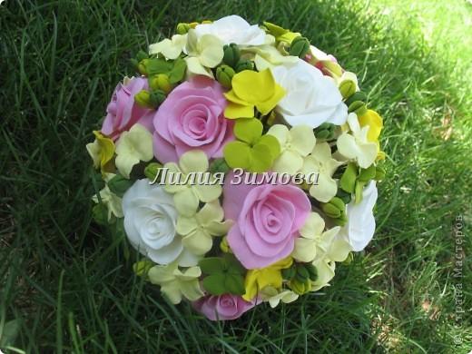 Всем добрый день!Сегодня я к Вам со свадебным букетом из белых и розовых роз, гортензий и анютиных глазок....ведь букет делала для Анюты))))Она пока его еще не видела.С этой глиной работала впервые. фото 4
