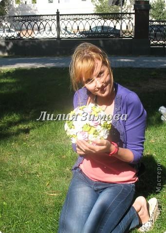 Всем добрый день!Сегодня я к Вам со свадебным букетом из белых и розовых роз, гортензий и анютиных глазок....ведь букет делала для Анюты))))Она пока его еще не видела.С этой глиной работала впервые. фото 15