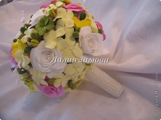Всем добрый день!Сегодня я к Вам со свадебным букетом из белых и розовых роз, гортензий и анютиных глазок....ведь букет делала для Анюты))))Она пока его еще не видела.С этой глиной работала впервые. фото 1