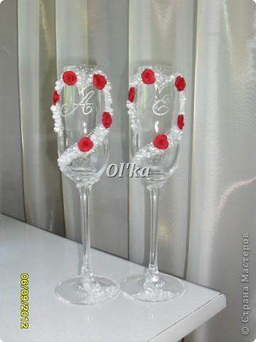 Здравствуйте, Мастерицы! Я к Вам с новыми свадебными работами. Первый набор. Сделан по мотивам работ Анастасии Петровой. Настя, спасибо за идею!!!!! Невеста захотела ярко красные розы. Невеста принесла свои бокалы (те. что слева от бутылок). Мне удалось отговорить от того, чтобы украшались именно эти бокалы. Ну не вижу я их! Решили оставить вторую пару и сделать их для катания, а в последствии для битья или для свидетелей.  На этом фото цвет сильно искажен. :( фото 4