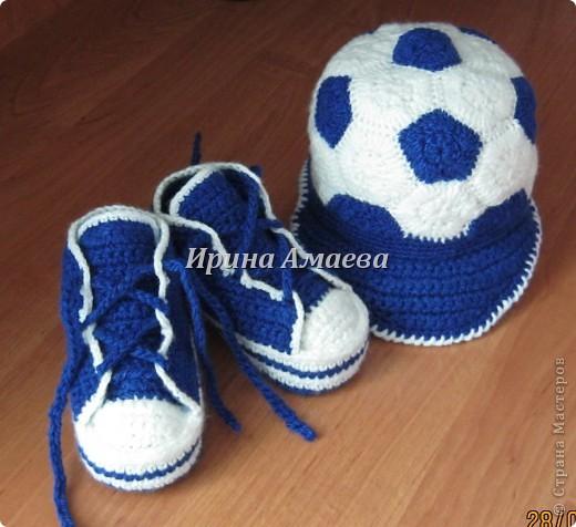Всем привет!!! Пинетки-кеды и кепку в виде футбольного мяча я связала в подарок малышу на годик. фото 1