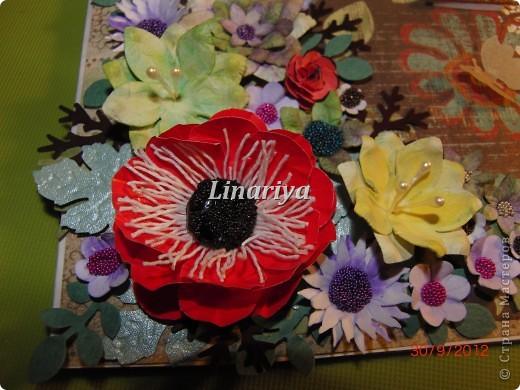 На этот раз я постаралась сделать открытку более красочной и насыщенной, благодаря разнообразию цветочного оформления. фото 2