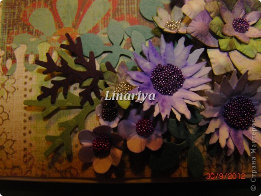 На этот раз я постаралась сделать открытку более красочной и насыщенной, благодаря разнообразию цветочного оформления. фото 4