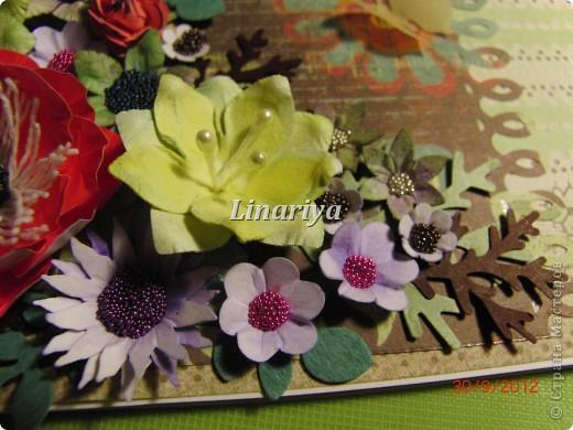 На этот раз я постаралась сделать открытку более красочной и насыщенной, благодаря разнообразию цветочного оформления. фото 3