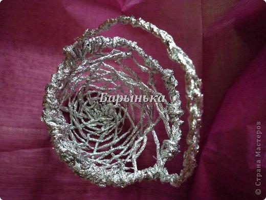 Здравствуйте дорогие мастерицы, хочу Вам представить свою работу – серебряные цветочки в корзинке  из фольги.  фото 12