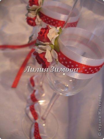 Вчера сделала свадебные фужеры,(заказ был на мой вкус) результат мне очень понравился.Получилось стильно и уютно.Розочки самодельные, кольца съемные.В стране уже такое было, идея не моя. фото 1