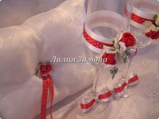 Вчера сделала свадебные фужеры,(заказ был на мой вкус) результат мне очень понравился.Получилось стильно и уютно.Розочки самодельные, кольца съемные.В стране уже такое было, идея не моя. фото 3