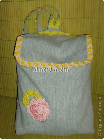 Вот пошились еще сумочки из любимого материала. Рюкзачок из тех джинсиков, которые отдал муж. тесьма зигзаг двух цветов, к сожалению зеленый цвет на фото искажен, он очень красивый и сочный, а тут в желтизну отдает фото 1