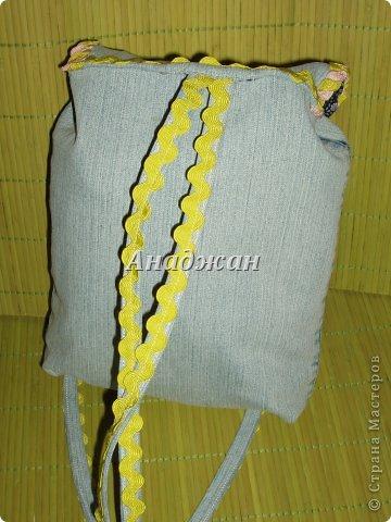 Вот пошились еще сумочки из любимого материала. Рюкзачок из тех джинсиков, которые отдал муж. тесьма зигзаг двух цветов, к сожалению зеленый цвет на фото искажен, он очень красивый и сочный, а тут в желтизну отдает фото 3