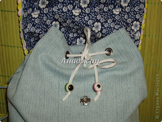 Вот пошились еще сумочки из любимого материала. Рюкзачок из тех джинсиков, которые отдал муж. тесьма зигзаг двух цветов, к сожалению зеленый цвет на фото искажен, он очень красивый и сочный, а тут в желтизну отдает фото 4