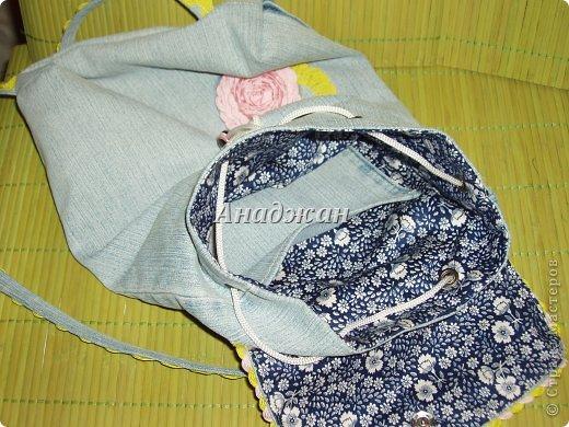 Вот пошились еще сумочки из любимого материала. Рюкзачок из тех джинсиков, которые отдал муж. тесьма зигзаг двух цветов, к сожалению зеленый цвет на фото искажен, он очень красивый и сочный, а тут в желтизну отдает фото 5