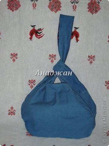 Вот пошились еще сумочки из любимого материала. Рюкзачок из тех джинсиков, которые отдал муж. тесьма зигзаг двух цветов, к сожалению зеленый цвет на фото искажен, он очень красивый и сочный, а тут в желтизну отдает фото 6