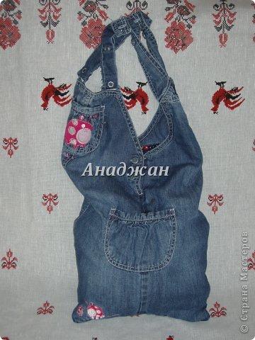 Вот пошились еще сумочки из любимого материала. Рюкзачок из тех джинсиков, которые отдал муж. тесьма зигзаг двух цветов, к сожалению зеленый цвет на фото искажен, он очень красивый и сочный, а тут в желтизну отдает фото 10