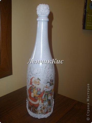 Бутылка  покрыта двумя слоями акриловой краски и декупаж салфеткой фото 1