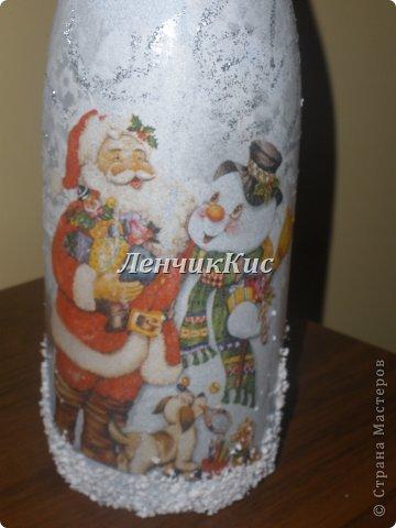 Бутылка  покрыта двумя слоями акриловой краски и декупаж салфеткой фото 2
