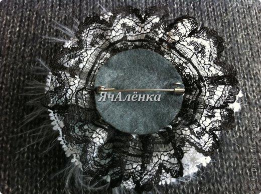 """Брошь """"Дамский каприз"""" .  материал: Атласная лента,кружево,стразы,перья. фото 2"""